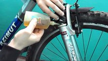 Engrase un tenedor de bicicletas que para lubricar un amortiguador de la bicicleta