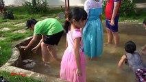 Par par capture poisson main elsa et anna avec spiderman attraper des poissons de jeu à la main dans une pataugeoire mn