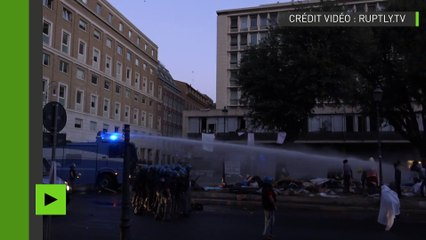 Italie : la police déploie des canons à eau contre une révolte de migrants à Rome