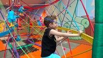 Et et ne dans aucun piscine les enfants jouant avec des balles de carrousel sauts sauts aire de jeux paulinho t