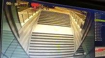 Une conductrice coince sa voiture dans un escalier