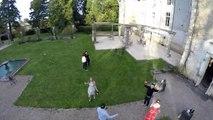 Une jeune femme tombe dans une fontaine en faisant une grimace à un drone