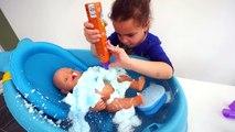 Apprendre les couleurs bébé poupée corps peindre couleur mousse bulle bain temps cinétique le sable de la glace Cré