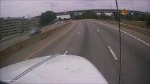 Ce chauffard s'insere dans la circulation n'importe comment et se prend un camion !