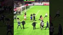 Le gardien Geoffrey Jourdren tire un ballon sur les supporters adverses