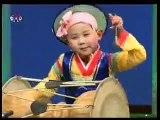 Enfants coréen Nord en jouant kayagum Corée du Nord maternelle Gayageum de jeu 가야금