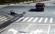 Un motard fonce droit sur un camion et a le réflexe qui lui sauve la vie !