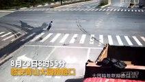 Un motard fonce droit sur un camion et a le réflexe qui lui sauve la vie...