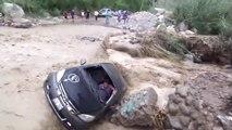 Cet idiot tente de traverser une rivière en crue en voiture et se rate complètement