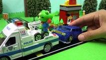 Et autobus voiture petit jouer le le le le la remorquer jouet un camion Tayo la police a arrêté peu dautobus de remorquage pièces de police Tayo de поли