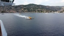 4 Canadairs se rechargent en eau entre des dizaines de bateaux dans la baie de Villefranche dans le sud de la France !