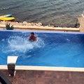 Mats Hummels saute d'un balcon dans une piscine !
