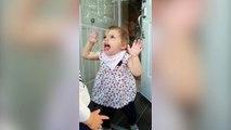 Cette petite fille adore faire des grimaces à travers la vitre !