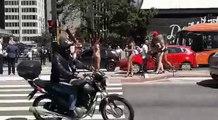 Un conducteur distrait par des filles en maillot de bain emboutit misérablement sa voiture
