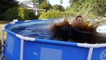 Un et un à un un à bain géant Jai le dans piscine la natation a pris 1.500 gallons de coca-cola