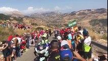 génie : un flic pousse un spectateur qui fait tomber une moto sur la Vuelta