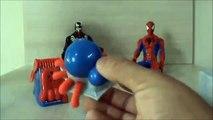 Et et ponton pâte à modeler homme araignée lhomme araignée avec le château de voitures dargile enfant