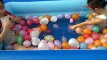 Ballon pitre noyer bats toi maison dans mouvement lent le le le le la eau