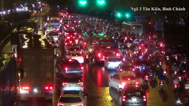 CSGT, xe cứu thương bất lực trước cảnh kẹt xe không lối thoát ở Sài Gòn