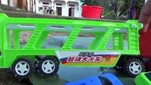 Bébé des voitures lac mère qui passe jouet un camion camions le transport studio |
