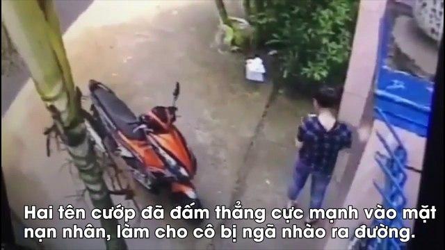 Cô gái bất ngờ bị đấm vào mặt để cướp xe máy giữa ban ngày