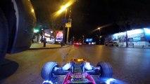 Il roule en voiture télécommandée en pleine circulation au milieu des voitures de nuit
