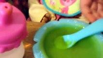 Bébé vivant apprend à pot poupée alimentation et pot entraînement avec