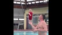 Ce prof de natation est spécialisé en Bébé nageur et a une méthode bien à lui
