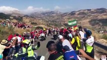 Tour d'Espagne : un policier pousse un spectateur sur une moto