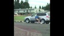 Car jacking qui tourne mal : le voleur reste attaché à la portière de la voiture en marche !