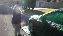 Il recouvre la voiture de son pote de Slime comme dans GhostBusters... Blague énorme