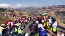 Tour d'Espagne : Un policier pousse un spectateur vers une moto !