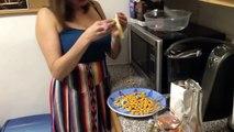 Bourrée elle se fait des chips au fromage au micro-ondes en se déshabillant !