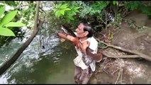 Ce poisson remercie cet homme chaque jour de l'avoir sauvé en Inde !!
