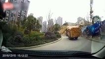 Un camion trop chargé en bois perd son chargement