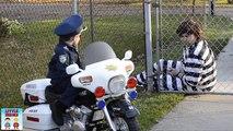 Petit héros moto enfant flics le prisonnier le installer et enfant flic