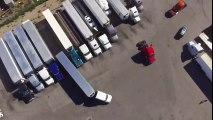 Ce camion Semi-Remorque se gare comme un chef entre 2 autres !!