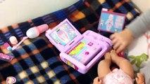 Bébé née démo docteur ordinateur portable partie jouer Jeu avec un exemple dun ensemble de baby-boom Médecins 2 Février