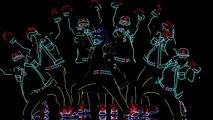 Ce groupe de danseurs débarque sur scène avec des habits bizarres. Quand les lumières s'éteignent, le show peut commence
