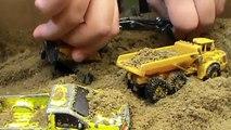 Travail les machines jouets des voitures transporteur des déchets un camion un camion grue fouilleur chargeur ré