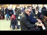 Londres: deux artistes de rue jouent « Boogie Woogie Jam » sur le piano d'Elton John