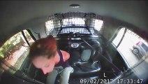 Elle se débarrasse de ses menottes et vole une voiture de police !