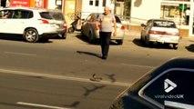 Cet homme aide un pigeon perdu à traverser la route !