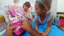 Elif ve barbie pamuk kediciğe tuvalet eğitimi veriyor.Barbie güzel oyuncak, eğlenceli çocuk videosu