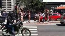 Automovilista se distrae con chicas en bikini y sufre un accidente