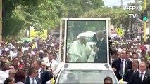 Le pape François se cogne la tête contre la papamobile