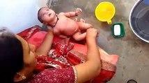 Bébé bain par par pleurs sa Indien bébé à Il aujourdhui sans pour autant Hanuman mathaji petit-fils {rudraks