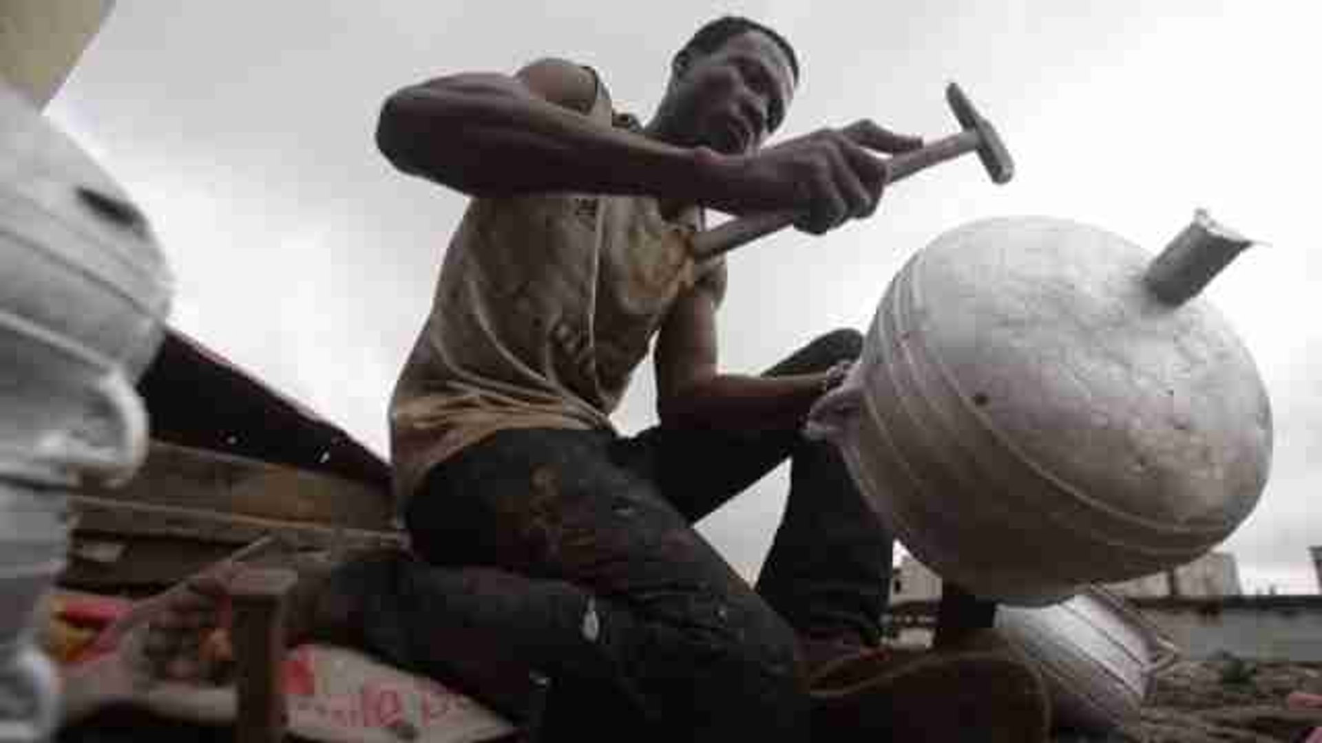 Karim Sanogo, medio siglo elaborando sartenes con material reciclado en Costa de Marfil