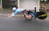 Le cycliste français Maxime Roger chute à 60km/h à cause d'une rupture de son guidon !