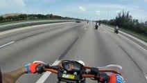 Un motard esquive la moto de son pote Régis